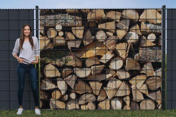 Holzstapel Brennholz gemischt Sichtschutz für Gitterzaun