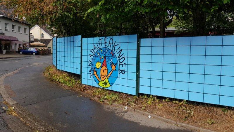 Kindergarten mit schönem Sichschutz am Zaun bestaunen
