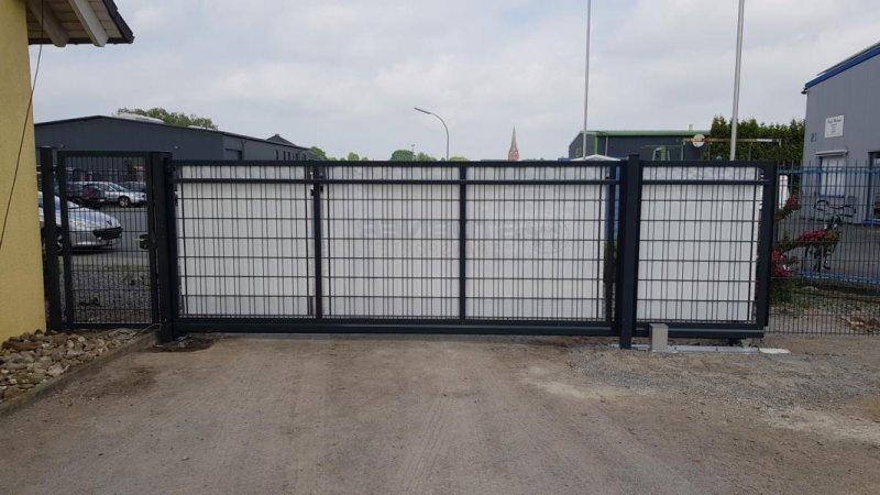 Winddurchlässiger Sichtschutz für ein Einfahrtstor von der Rückseite