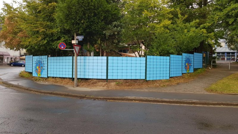 Gartenzaun mit individuellem Sichtschutz verschönert für einen Kindergarten