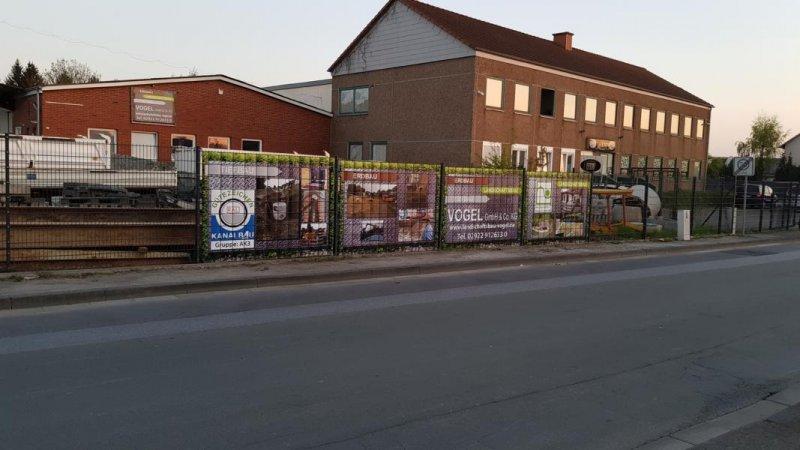 Vier Zaunfelder mit eingebautem PVC Sichschutz von Zaunblick bei Vogel GmbH & Co KG