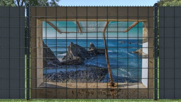 Gitterzaunsichtschutz Blick aus Fenster auf Meer mit Klippen zaunblick zlm003 A