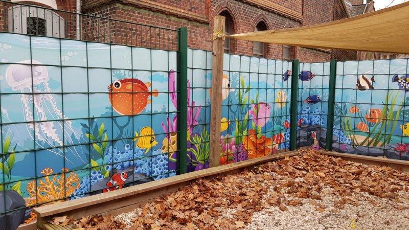 Meeresmotiv auf Sichtschutzstreifen gedruckt für einen Kindergarten