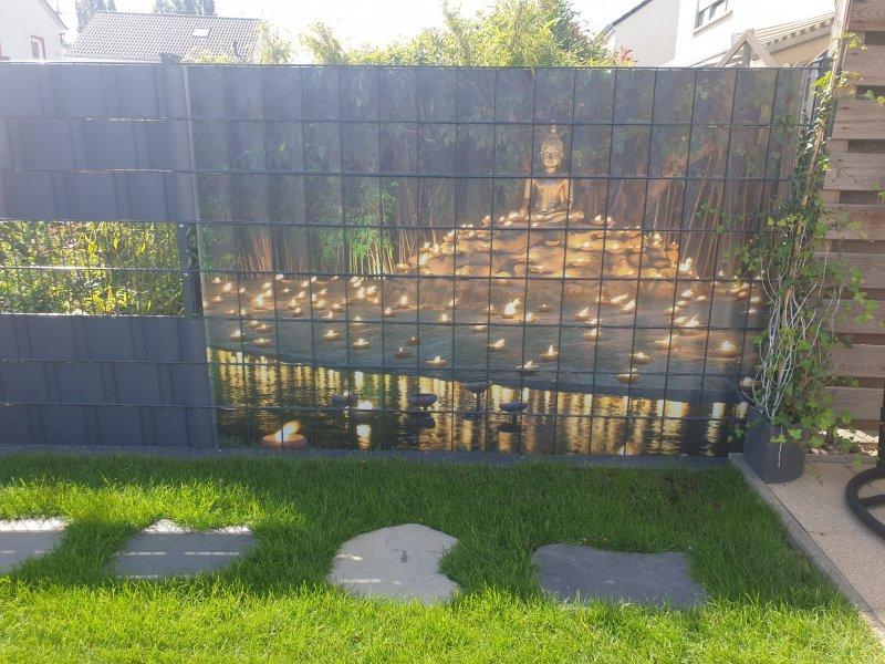 Buddah Statue gedruckt auf PVC Sichtschutzstreifen für Doppelstabmatten