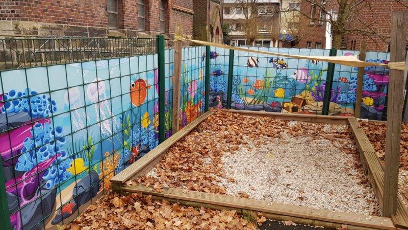 Bedruckte Sichtschutzstreifen in einem Zaun verbaut