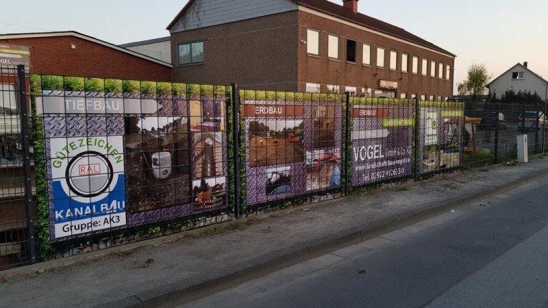Vier Zaundelser mit eingebautem PVC Sichschutz von Zaunblick bei Vogel GmbH & Co KG