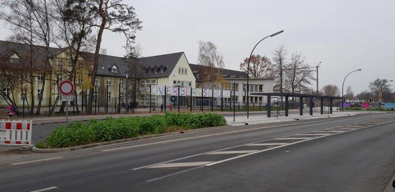 Bunte Buchstaben auf Winddurchlässigen PVC Streifen als Schild für eine Schule nutzen