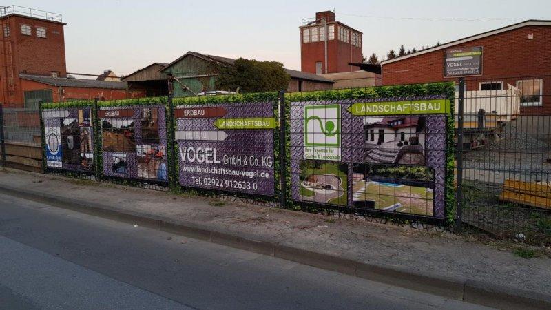 Vier Zaundelser mit eingebautem PVC Sichtschutz von Zaunblick bei Vogel GmbH & Co KG