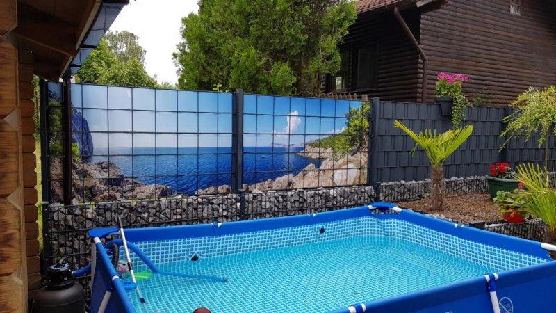 Schöner Sichtschutz mit Meereshintergrund für den heimischen Pool